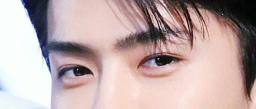 Đôi mắt cuốn hút này là của nam idol Kpop nào? (3) - 4