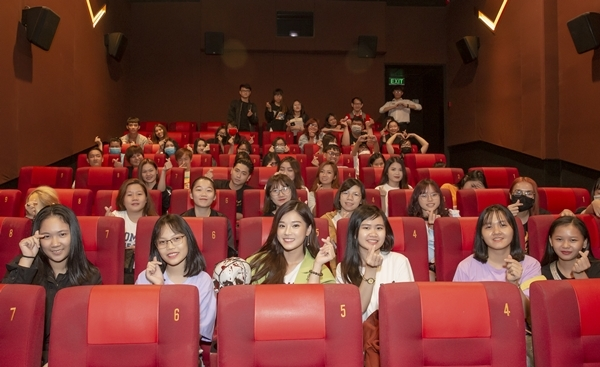 Gần 100 bạn trẻ có mặt từ sớm tại cụm rạp Galaxy Nguyễn Du (quận 1) để xem phim. Có nhiều fan cho hay đã xem bộ phim này lần thứ 3 từ khi phim ra rạp hôm 9/10. Nói về kế hoạch này, đại diện FC của Hoàng Yến Chibi nói: Việc này đều do FC chủ động thực hiện, một phần để ủng hộ ekip phim, phần quan trọng là để chúc mừng Yến vì vai diễn xuất sắc trong phim. Khi FC đăng tin sẽ tổ chức buổi xem phim chung này, các bạn đã nhanh chóng đăng ký và có mặt đông đủ như ngày hôm nay.