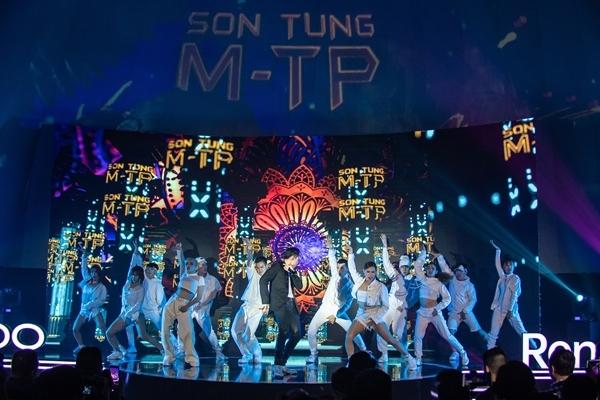 Lần đầu tiên, nam ca sĩ có màn biểu diễn trong không gian Dome Theater. Đây là mô hình không gian trình diễn giúp tối ưu các hiệu ứng đa chiều đang được ứng dụng tại các nước châu Âu, Nhật Bản, Hàn Quốc...