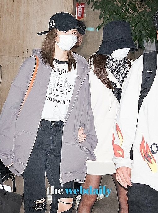 Lisa và Ji Soo đánh lẻ trở về Seoul trước Jennie và Rosé