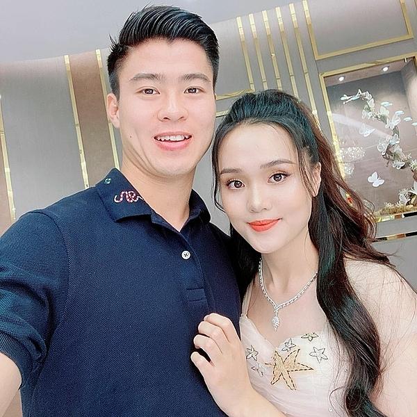 Quỳnh Anh khoe quà Duy Mạnh tặng trên trang cá nhân.