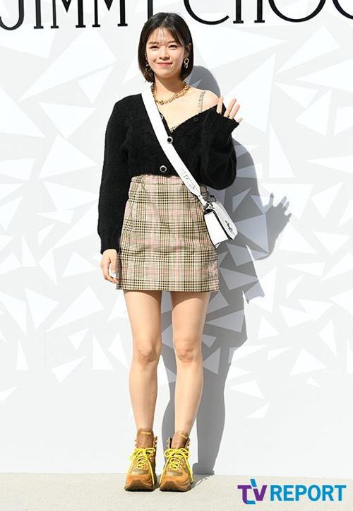 Xuất hiện tại sự kiện mới đây, Jungyeon cực nữ tính với áo cardigan lệch vai khoe khéo xương quai xanh mảnh mai.