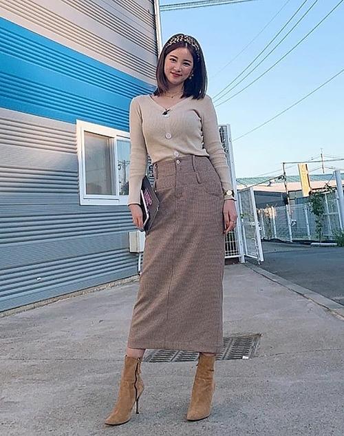 Chorong (Apink) dịu dàng và nữ tính với set đồ tông màu nude khi mix cardigan cùng chân váy dài, kết hợp thêm boots cao gót.