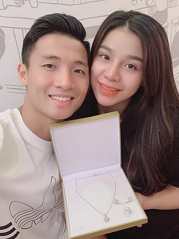 Khánh Linh hạnh phúc khi nhận được quà từ Tiến Dũng.