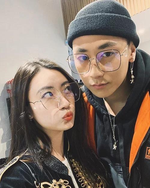 Rocker Nguyễn selfie nhí nhố cùng bạn gái.