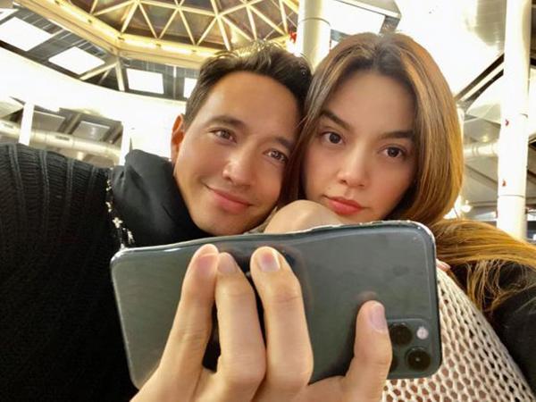 Hà Hồ và Kim Lý chụp hình tình tứ, tuy nhiên điều khiến nhiều người chú ý là chiếc điện thoại có phần méo mó, khiến cặp đôi bị nghi chỉnh sửa quá tay.