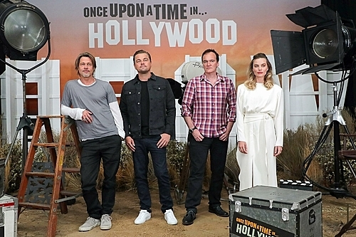 ).Đạo diễn Tarantino (thứ hai từ phải sang) cùng dàn diễn viên chính trong phim (Ảnh: Eric Charbonneau/Shutterstock