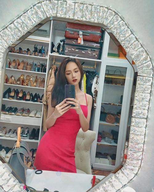 Trong những bức ảnh selfie trước gương gần đây, Hương Giang khoe khéo tủ đồ hàng hiệu đầy ắp. Hoa hậu chuyển giới quốc tế 2018 có tình yêu với giày dép và túi xách, được cô bày kín 7 kệ tủ trong phòng.