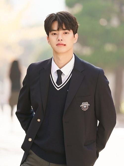Hwang Sun Oh (Song Kang) ghi điểm bằng vẻ điển trai và có trái tim vô cùng ấm áp, gia thế khủng. Ngay khi từ nước ngoài trở về trường, Sun Oh đã khiến bao cô gái mê mẩn, cứ mỗi lần xuất hiện là ứng dụng Love Alarm phải kêu liên tục. Ngược lại, cậu chỉ dành tình cảm cô nàng Jo Jo.