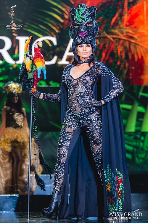 Đại diện Costa Rica diện bodysuit mỏng manh, lộ cả nội y đen kém duyên.