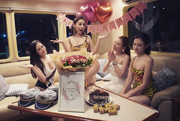 Huyền Baby đón sinh nhật trên du thuyền cùng hội bạn thân mỹ nhân.
