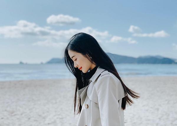 Jun Vũ khoe vẻ đẹp thanh thoát khi dạo biển Busan.