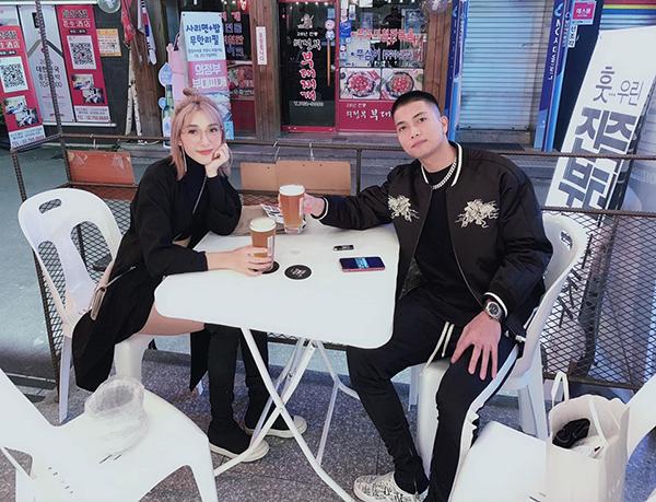 Hai vợ chồng Emily - Big Daddy rủ nhau đi chơi Hàn Quốc.