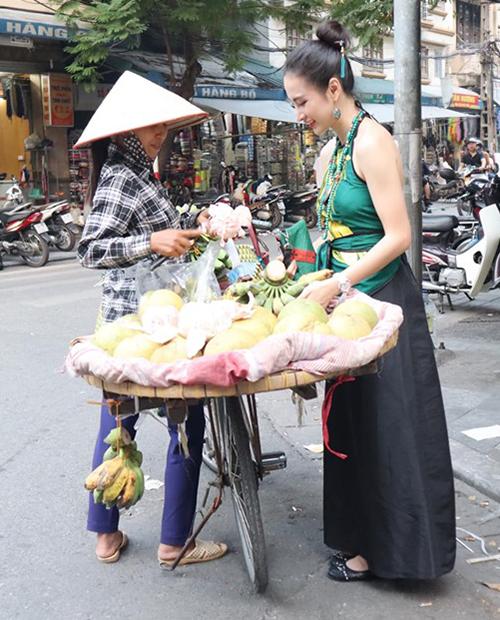 Angela Phương Trinh như cô Tấm trên đường phố Hà Nội.
