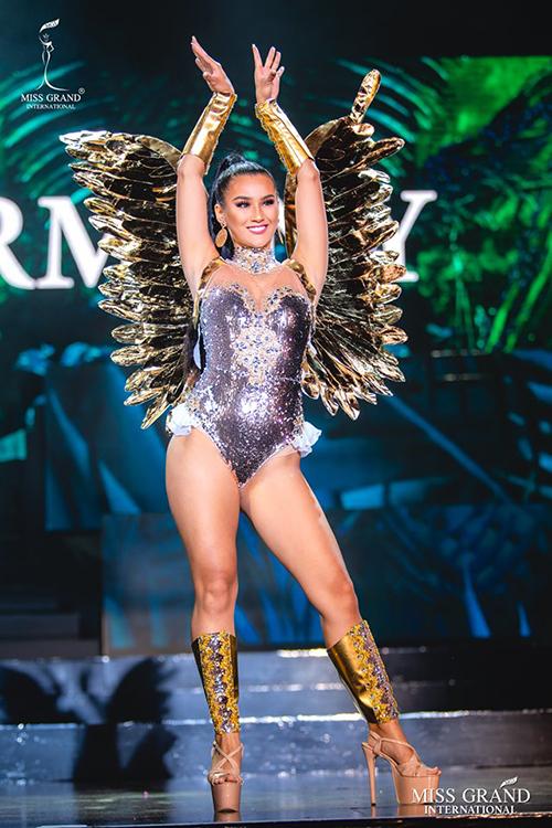 Bộ đồ của người đẹp Đức có thiết kế giống nội y, phía sau là cánh thiên thần cũng gây liên tưởng đến các show thời trang nội y.