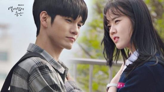 Sau khi Wanna One tan rã, Ong Seong Woo lần đầu đảm nhiệm vai chính trong một bộ phim truyền hình và ngay lập tức gây ấn tượng bằng ngoại hình và khả năng diễn xuất ấn tượng. Khoảnh khắc tuổi 18 kể về Choi Jun Woo (Ong Seong Woo) bị buộc phải chuyển trường sau khi vướng vào một vụ ẩu đả cùng cậu bạn thân. Nhưng ở tại trường học mới của cậu lại bị hiểu lầm và đổ oan là ăn cắp, việc đó đã khiến Jun Woo khép mình với tất cả những người xung quanh. Duy nhất chỉ có cô bạn Yoo Soo Bin (Kim Hyang Gi) là tin tưởng Jun Woo, luôn giúp cậu bước ra khỏi quá khứ đau buồn. Thực tế, ngay bản thân Jun Woo cũng đang vật lộn với cuộc sống bị mẹ kiểm soát quá mức, áp lực luôn phải hoàn hảo. Câu chuyện tình học trò trong sáng và ẩn chứa nhiều thông điệp của Jun Woo - Soo Bin đã chạm đến trái tim khán giả.