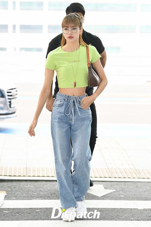Combo yêu thích của Lisa khi ra sân bay là T-shirt kết hợp cùng quần jeans. Cô nàng thường chọn áo croptop và jeans cạp trễ để tôn lên vòng eo nhỏ.