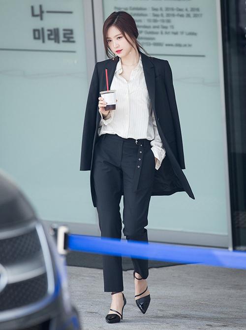 Chỉ cần mặc đồ đơn giản như suit, set thể thao, legging... Na Eun đã đủ khoe thân hình đẹp và thần thái ở sân bay.