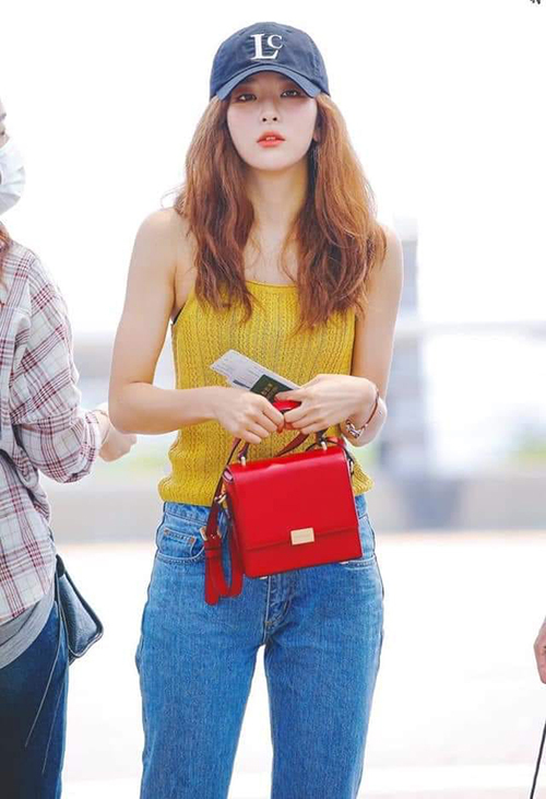 Với thân hình mảnh mai, vòng eo thon nhỏ và đôi chân dài, thành viên Red Velvet chỉ cần mặc rất đơn giản đã thu hút mắt nhìn.