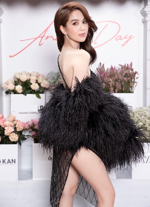 Bộ đầm không chỉ có chất liệu mỏng manh mà còn có những khoảng hở táo bạo, giúp Ngọc Trinh khoe vóc dáng sexy đã thành thương hiệu.