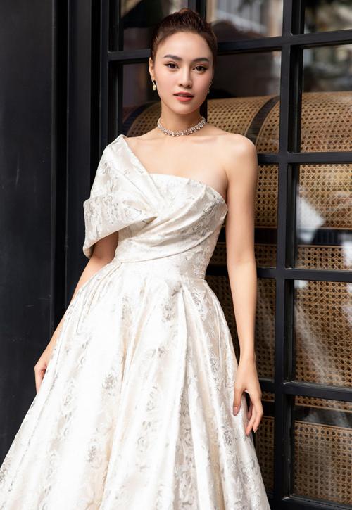 Ninh Dương Lan Ngọc nữ tính trong thiết kế của Lê Thanh Hòa với kiểu váy cúp ngực, nhấn nhá thêm vạt chéo vai mềm mại. Nữ chính Gái già lắm chiêu 3 cho biết bên cạnh thiết kế mang cảm hứng từ Tây Bắc, cô đầu tư phần tóc búi cùng trang sức để phù hợp với chủ đề lần này.