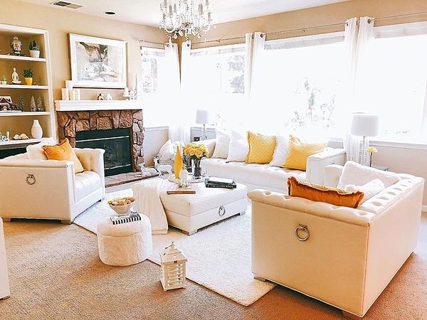 Ghế sofa, rèm cửa, đèn chùm, kệ tủ trang tríđặt ở phòng khách được Phạm Hương lựa chọn gam màu be và sắc trắng chủ đạo.