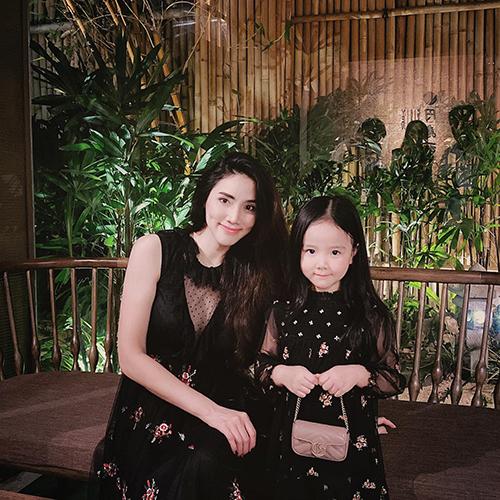 Trang Nhung và con gái diện đồ đồng điệu.