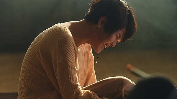 Vũ Cát Tường diễn phân đoạn cảm xúc trong MV.