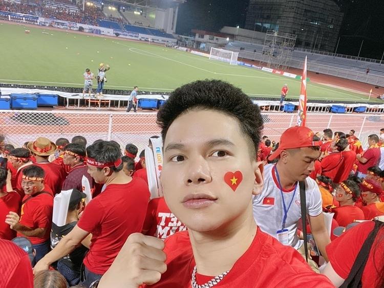 Hoàng Tôn đang có mặt trực tiếp để theo dõi trận đấu. Anh hào hứng đưa ra kết quả dự đoán 2-0 nghiêng về Việt Nam.