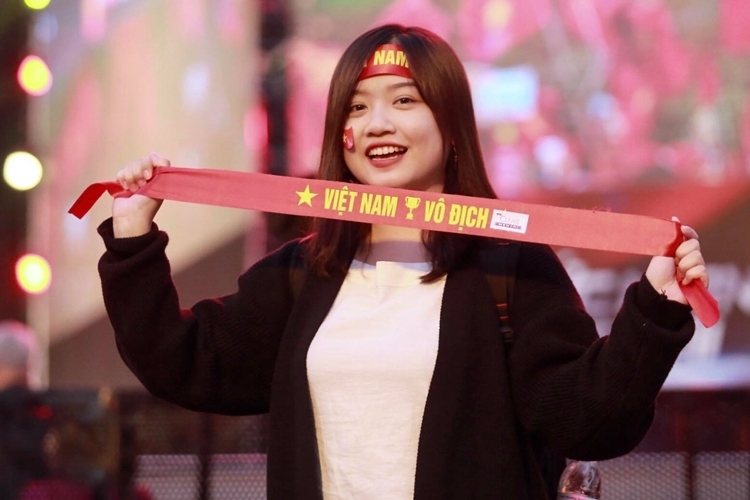 Lê Thị Khánh Linh, 25 tuổi từ Sài Gòn ra Hà Nội công tác có mặt từ khu vực Nhà hát lớn từ sớm và nhận định Việt Nam sẽ có một trận đấu khó khăn nhưng sẽ dành chiến thắng ở phút cuối với bàn thắng của Tiến Linh hoặc Đức Chinh.