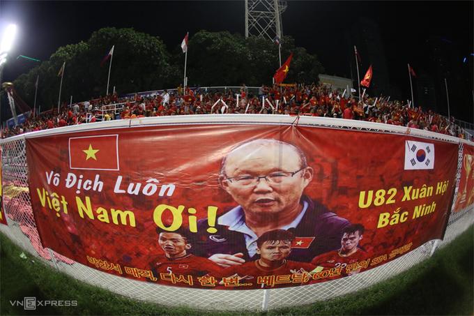 Hàng nghìn CĐV Việt Nam đã nhuộm đỏ khán đài sânRizal Memorial từ sớm. Băng rôn khổ lớn