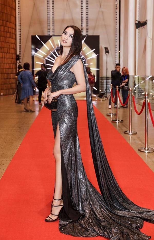 Người mẫu Anh Thư khoe sắc trên thảm đỏ.