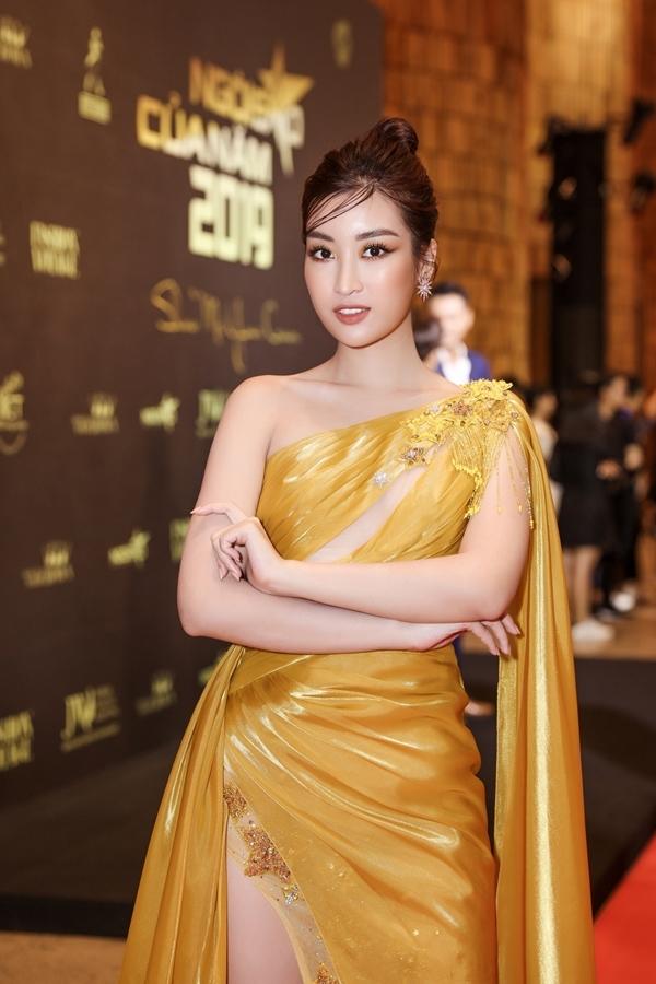 Hoa hậu Đỗ Mỹ Linh được nhiều đồng nghiệp khen trẻ đẹp với váy