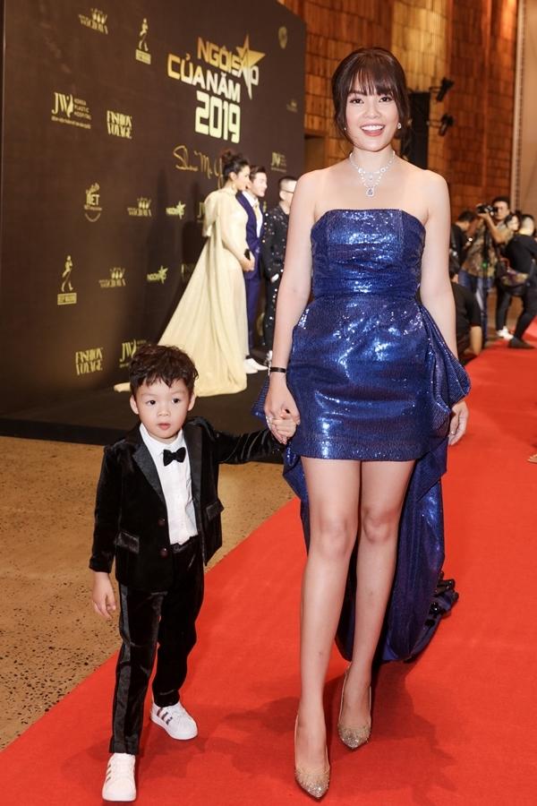 Diễn viên Dương Cẩm Lynh dự sự kiện cùng con trai.