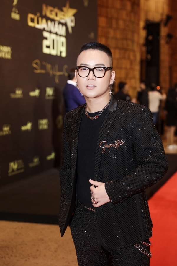 Nhà thiết kế Chung Thanh Phong với style cá tính quen thuộc.
